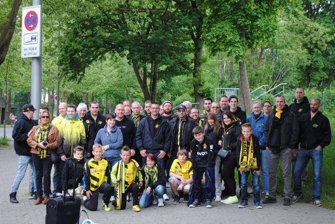 Foto: Rupelborussen vor dem Dortmunder Stadion an der Strobelallee